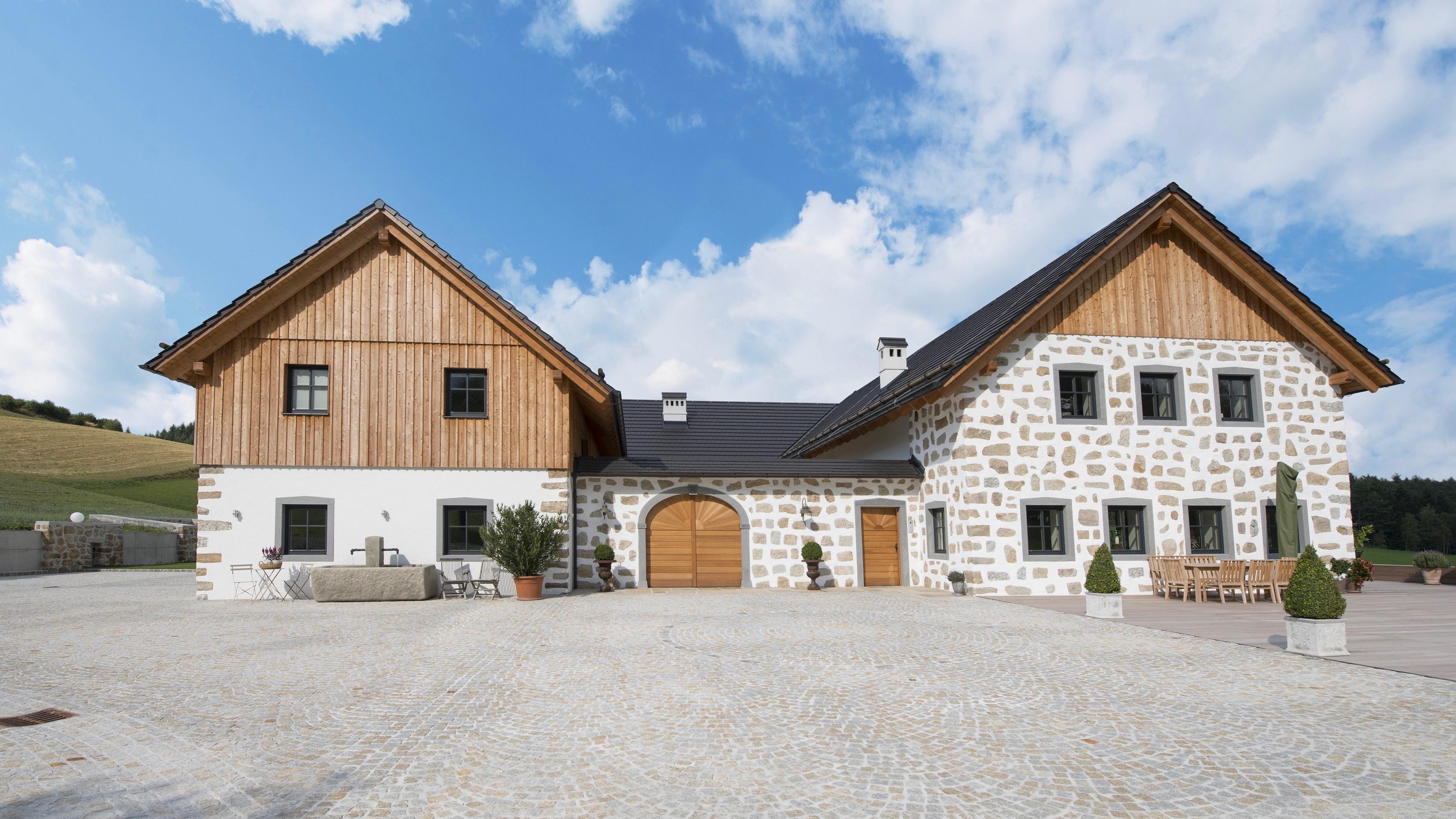 Haus mit teilweise Holzverkleidung
